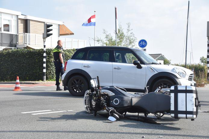 Botsing tussen een automobilist en motorrijder.