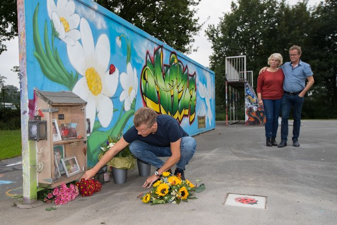 Bij de skatebaan in Elburg werd zaterdagmiddag de gedenksteen voor Michiel Schut onthuld. Ook werd ter nagedachtenis aan hem zijn hoekje ingericht.