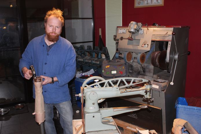 Koen Dewulf heeft de speelkamer van de kinderen voorlopig omgebouwd tot atelier.