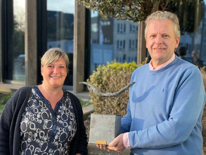 Ingrid en Marc met de cultuurprijs die Kink Kank Hoorn in 2012 ontving, en die telkens van voorzitter op voorzitter doorgegeven wordt.