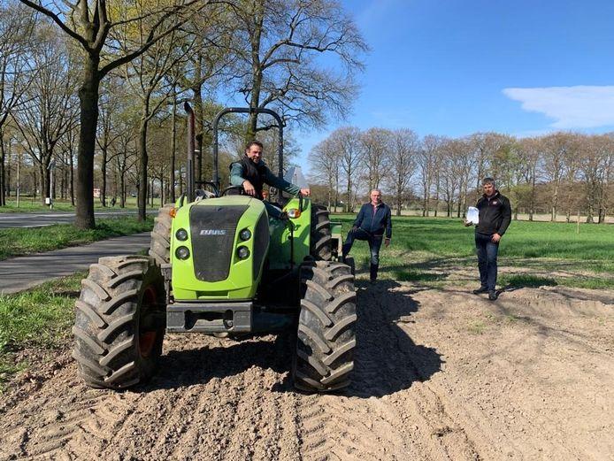 Akkerbouwer Wilco Nieuwenhuis, wethouder Marc Budel en stagiair Felix bij de inzaaiactie.