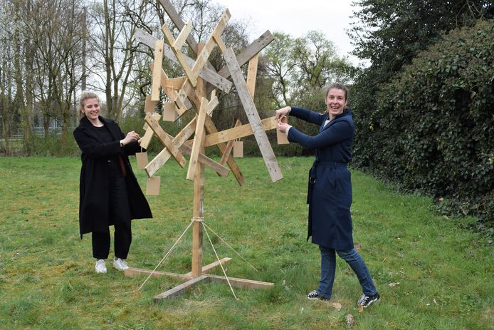 Ella en Joke van Samenlevingsopbouw bij de wensboom op de hoek van de Tunnellaan en Klein Rusland.