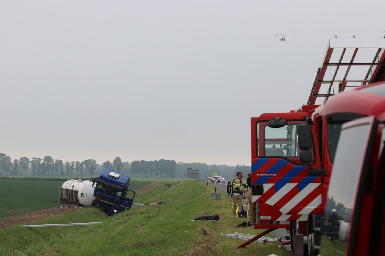 Een tankwagen met gevaarlijke stoffen schoot van de A6.