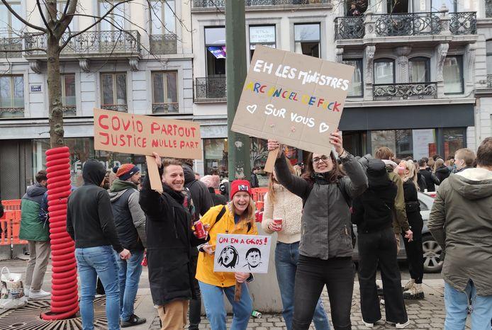 Alors que des affrontements étaient en cours place Saint-Lambert, à Liège, les manifestants de Still Standing for Culture ont continué à faire la fête... à quelques mètres à peine des émeutes. (Ces personnes ne sont ni Estelle, ni Serena, ni l'organisateur des événements.)