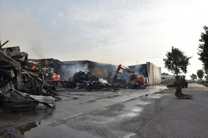 Het terrein van papierrecyclingbedrijf Huhtamaki in Staphorst donderdagochtend: nablussen is nog steeds gaande.