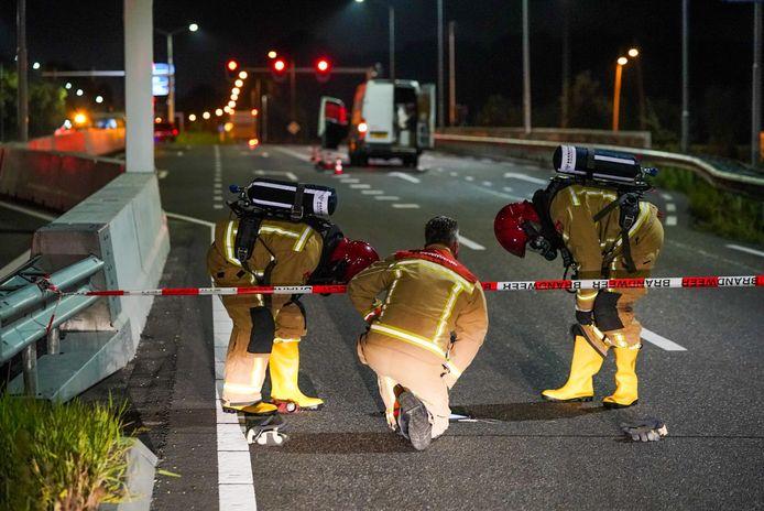 Op het viaduct van de Anthony Fokkerweg over de N2 in Eindhoven is maandagnacht een stilstaande bus met lekkend drugsafval aangetroffen.