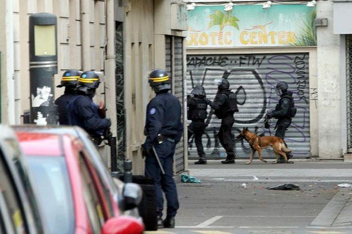 Bij de inval in St. Denis gebruikte de politie een diensthond.