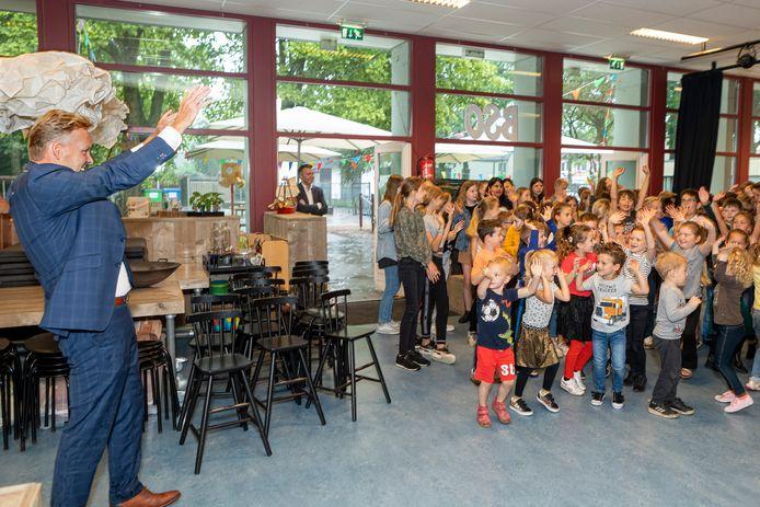 Burgemeester Mark Buijs wordt welkom geheten door de leerlingen.