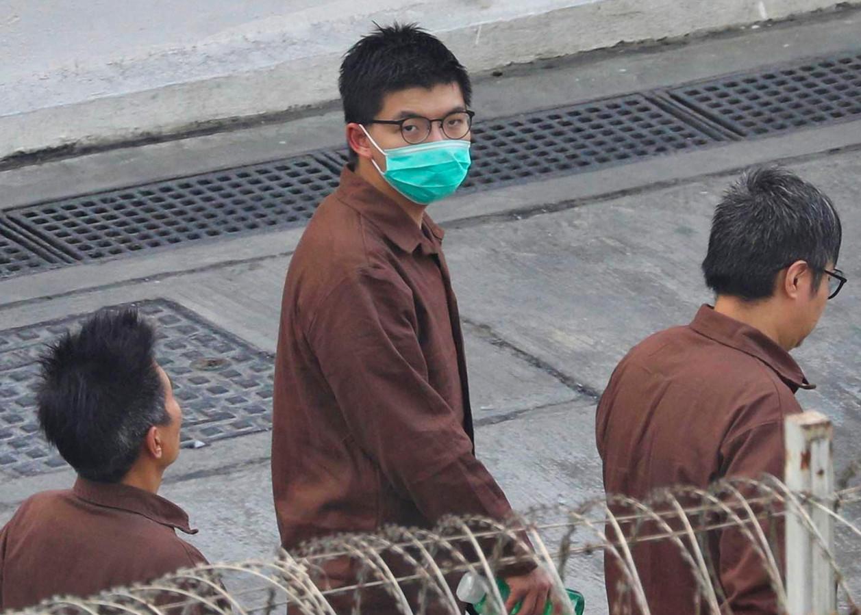 Joshua Wong Chi-fung (M) in gevangeniskleding in het Lai Chi Kok 'opvangcentrum' in Hong Kong.