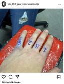 Zet iemand een tattoo met de cijfers van de 132-groep op zijn hand?