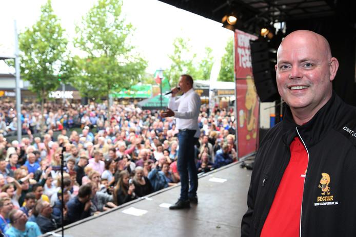Ronald Lieferink, voorzitter van Stichting Klompenfeest, met op de achtergrond volkszanger Jannes. Het was afgelopen weekeinde zo druk in Twello dat de organisatie zelfs het grote plein moest afsluiten.