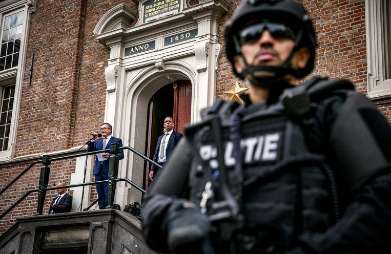 Burgemeester Jos Wienen van Haarlem spreekt tijdens een demonstratie als steunbetuiging voor de bedreigingen aan zijn adres. Beeld ANP