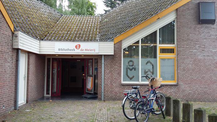 De buitenkant van de bieb, met nog altijd het bord 'Bibliotheek Meierij' erboven, hoewel de bieb nu onderdeel uitmaakt van de Stadsbibliotheek 's-Hertogenbosch.