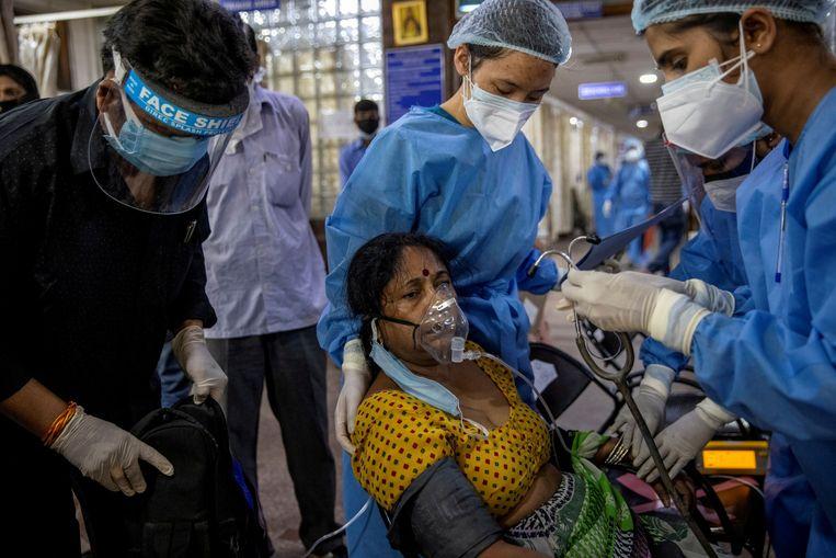 Indiase ziekenhuizen komen handen tekort. Beeld REUTERS
