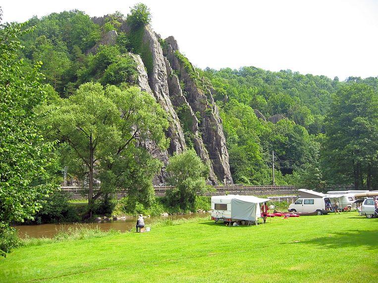Je stalt je tent of camper op de linkeroever van de Ourthe en het kabbelende water brengt je meteen tot rust.