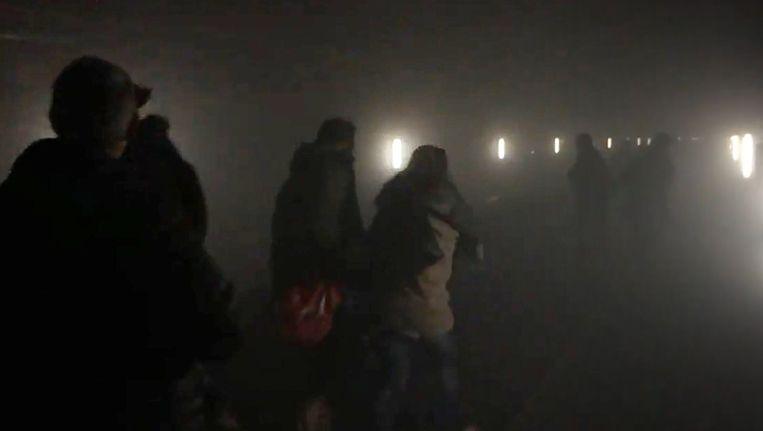 Mensen in de metrotunnel in Maalbeek, kort nadat er een explosie heeft plaatsgevonden. Beeld Afp