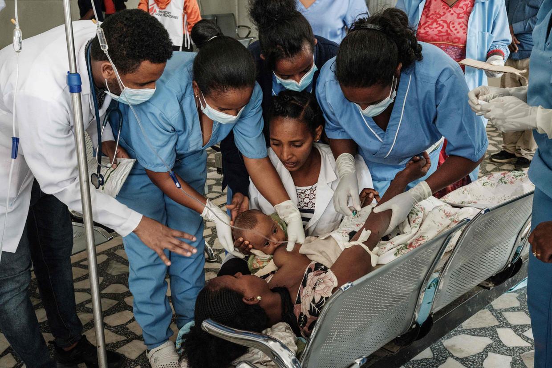 Een hospitaal in de opstandige Ethiopische provincie Tigray. Lem Lem Hailemariam is gewond geraakt bij het bombardement op een dagmarkt in Mekelle, waarbij zeker 64 doden en 180 gewonden vielen.  Beeld AFP