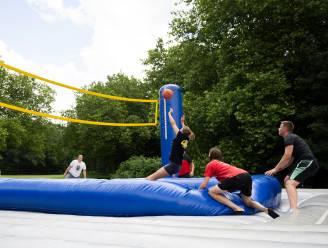 Volleybal en voetbal combineren op luchtkussen inclusief trampoline: Boom dagje in de ban van 'bossaball'