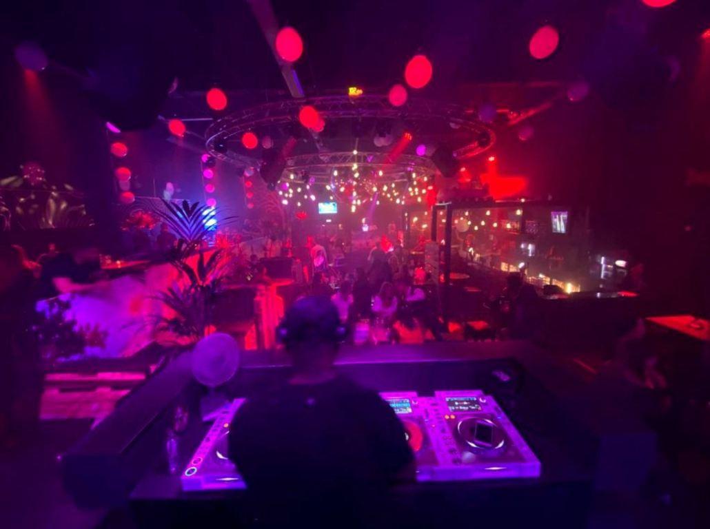 Met zitplaatsen in plaats van een dansvloer kan discotheek Cue amper 20 procent van de normale capaciteit aan gasten ontvangen. In juli gaat de discotheek waarschijnlijk weer volledig open.