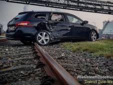 Auto's botsen tegen elkaar op Vondelingenweg: flinke schade en een persoon gewond