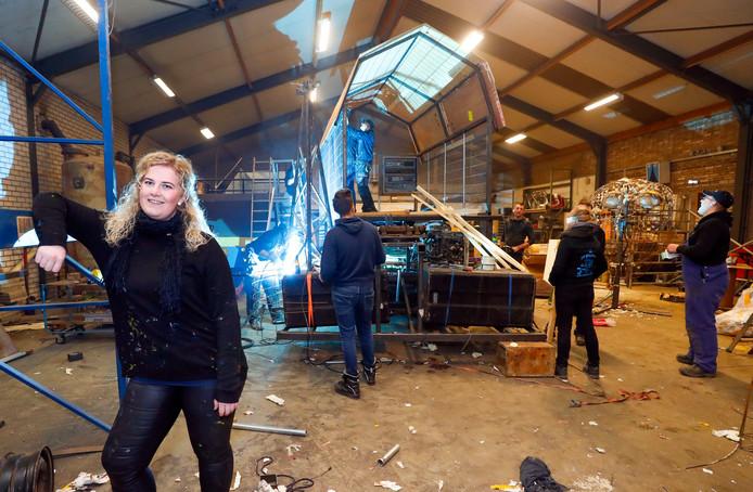 Voorzitter Dana Bierens in de bouwhal die carnavalsvereniging De Brassers moet verlaten.