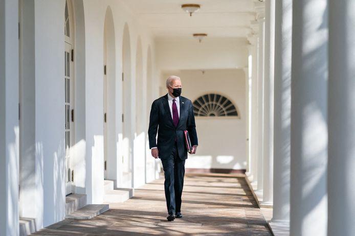Le président américain Joe Biden emprunte la colonnade ouest de la Maison Blanche pour se rendre à son bureau.