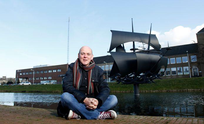 Schrijver Frank van Pamelen bij het Vliegende Hollandermonument