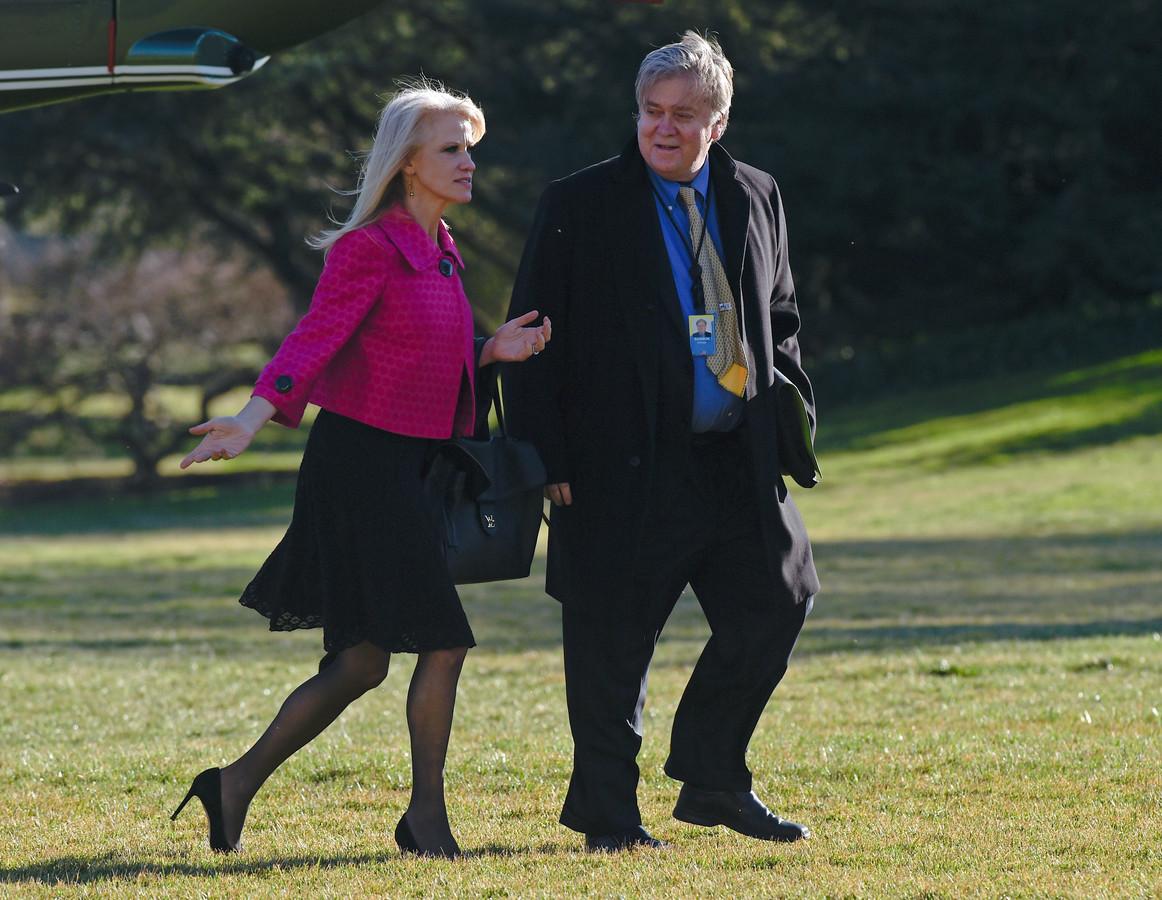 Trump adviseurs Kellyanne Conway, die eerder deze week verkondigde dat het Witte Huis 'alternatieve feiten' biedt, en Steve Bannon.