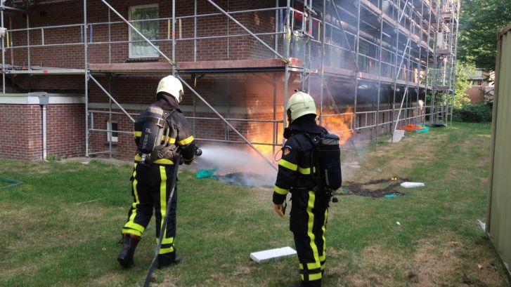 Steigerdoek in brand gestoken bij flat in Breda