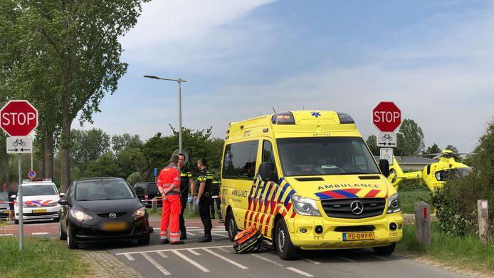 De fietser is per ambulance met spoed naar het ziekenhuis gebracht.