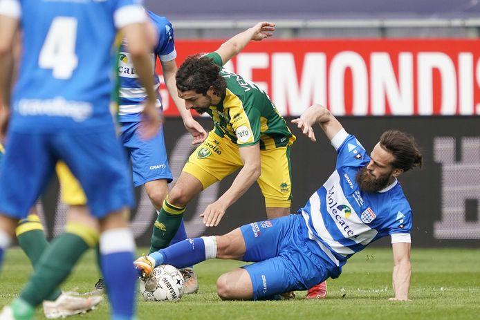 PEC-verdediger Destan Bajselmani verovert stijlvol de bal op ADO-aanvaller Youness Mokhtar. De rechtsback van de Zwollenaren stond tegen de ploeg uit Den Haag na zes maanden weer op het veld.