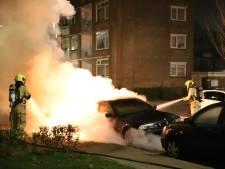 Auto's en scooter gaan in vlammen op in Den Haag