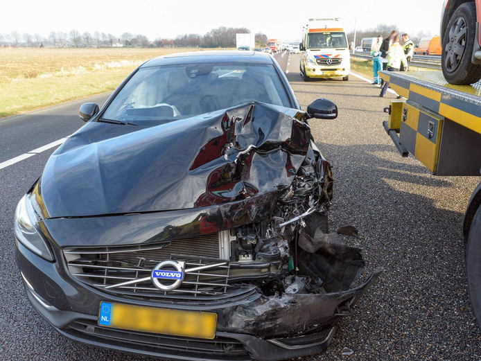 Deze Volvo raakte zwaar beschadigd.