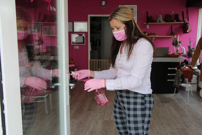 Ana Jeremic ontsmet tussen klanten door de deurklink van haar nagelstudio aan de Kluiversgang in Eibergen.