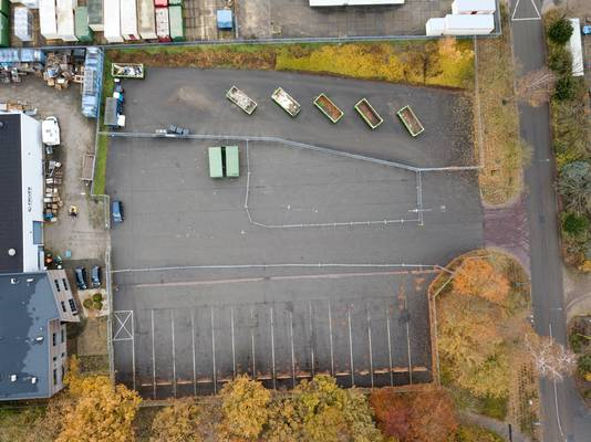 De parkeerplaats aan de Simon Homburgstraat in Cuijk met ernaast de mini-milieustraat.