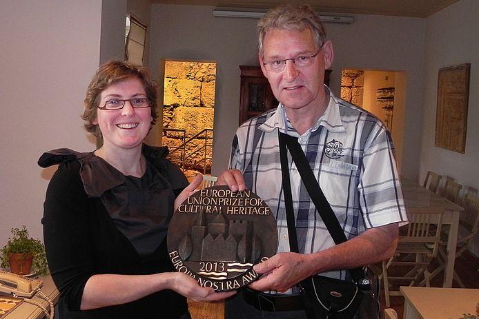 Elena Bianchi overhandigt in 2013 de Europa Nostra Award aan Anton van Tuijl, secretaris van de Federatie tot behoud van de Langstraatspoorbruggen.