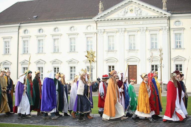 In Duitsland gaan kinderen in Driekoningen-kledij in een optocht naar president Joachim Gauck om voor hem te zingen. <br /><br />Op 6 januari wordt op veel plaatsen in de wereld Driekoningen, of de Epifanie, gevierd. Volgens de Bijbel zagen de Wijzen uit het oosten op deze dag een opgaande ster en gingen daarop de koning der Joden zoeken. Ze kwamen in Bethlehem en vonden daar Jezus. In veel Zuid-Europese landen is Driekoningen een vrije dag. Beeld getty