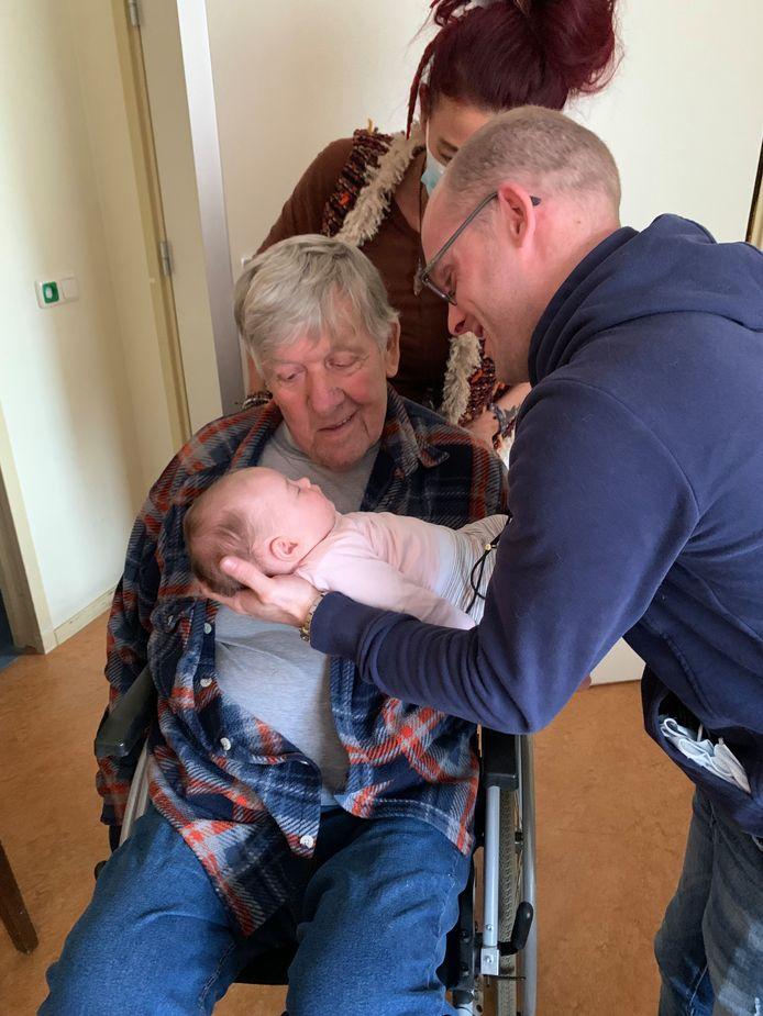 Wim Janssen in het verpleeghuis in Rotterdam met zijn dochter Anne-Belle, haar schoonzoon en Wims zes weken jonge achterkleindochter Faya.