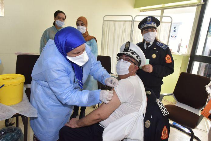 Onder meer in Marokko wordt het AstraZeneca-vaccin al toegediend.