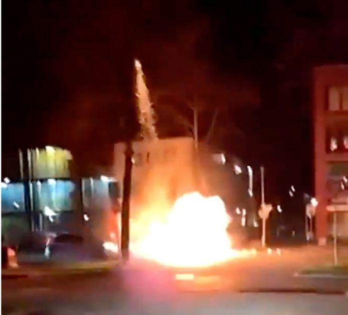 Zwaar vuurwerk bij de brandende auto op de Graafseweg in Den Bosch.