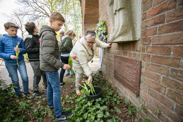 Scholieren leggen jaarlijks met burgemeester Jeannette Zwijnenburg een krans en plaatsen tulpen bij het herdenkingsmonument 'Poort der Zuchten' de toegangspoort naar Gedenkplaats Haaren op Haarendael.