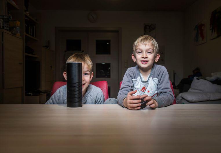 Sam en Jonas Vangampelaere met de digitale assistent Amazon Echo: