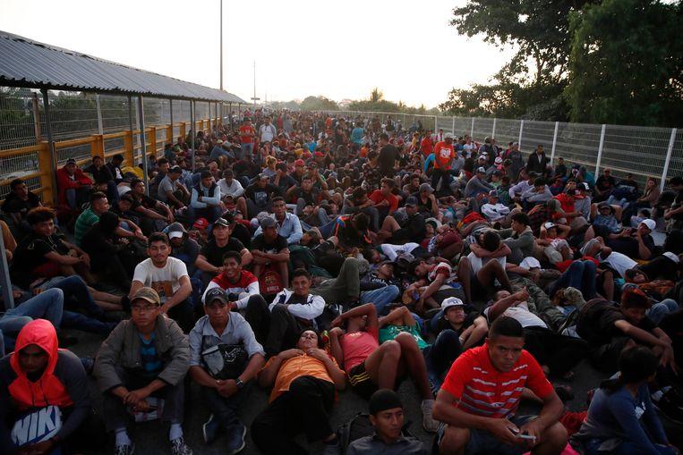 Voordat de migranten illegaal de grens probeerden over te steken, probeerden ze via een grensbrug Mexico binnen te komen. Ze werden echter niet toegelaten. Beeld AP