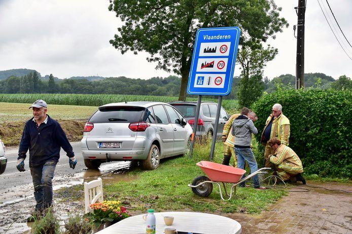 De Douanestraat in Loker, dinsdag om 17.30 uur: de brandweer en medewerkers van een privaat reinigingsbedrijf proberen de smurrie weg te krijgen aan de voorzijde van de woning van Muriel Deleu.