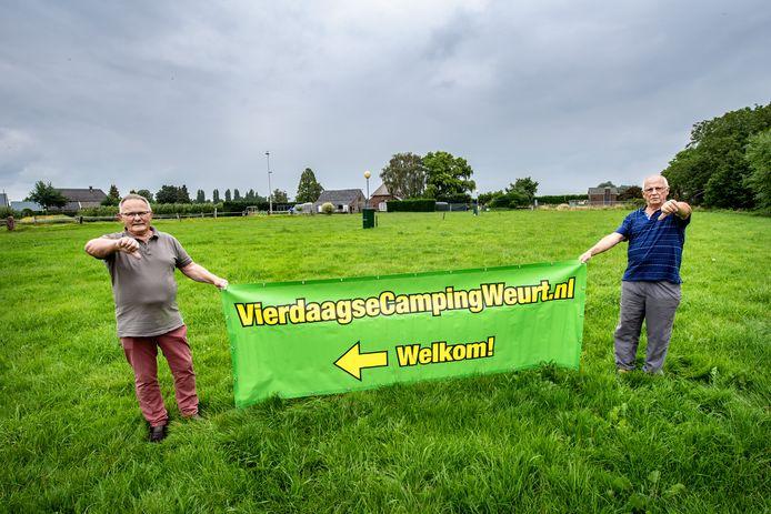 Louis de Bas (links) en Piet Dolk balen dat hun Vierdaagsecamping niet doorgaat. Normaal gesproken stond dit veld helemaal vol met gasten.