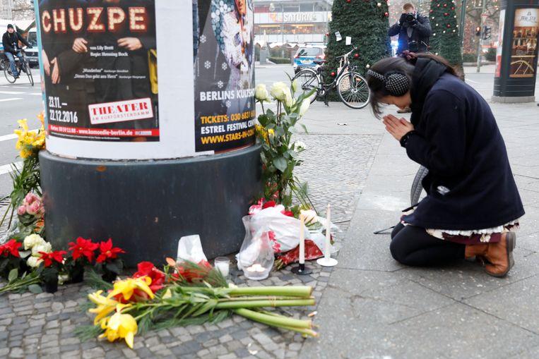 Bezoekers leggen bloemen op de plek van de aanslag. Beeld REUTERS