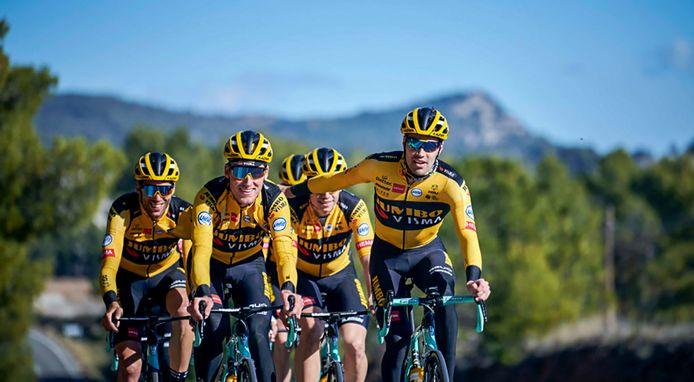 Tom Dumoulin (rechts) met zijn nieuwe ploeg Jumbo-Visma op trainingskamp.