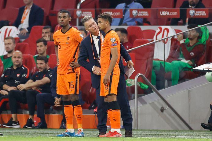 Devyne Rensch staat op het punt om zijn debuut te maken voor Oranje, dinsdag tegen Turkije (6-1). Bondscoach Louis van Gaal geeft de verdediger uit Lelystad de laatste instructies.