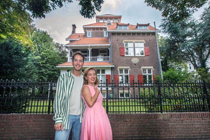 Regisseur Thomas Schoots en Patty Broese van Groenou bij het duurste huis van Den Haag aan de Parkweg dat daar in 1908 door haar familie is neergezet met geld dat werd verdiend met een suikerfabriek op Java.