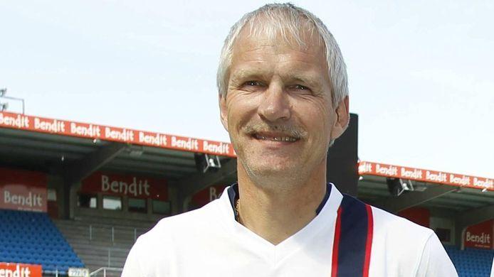 Hallvar Thoresen speelde van 1977 tot 1988 in de Nederlandse eredivisie. Eerst vijf seizoenen voor FC Twente en daarna zeven seizoenen in het shirt van PSV.